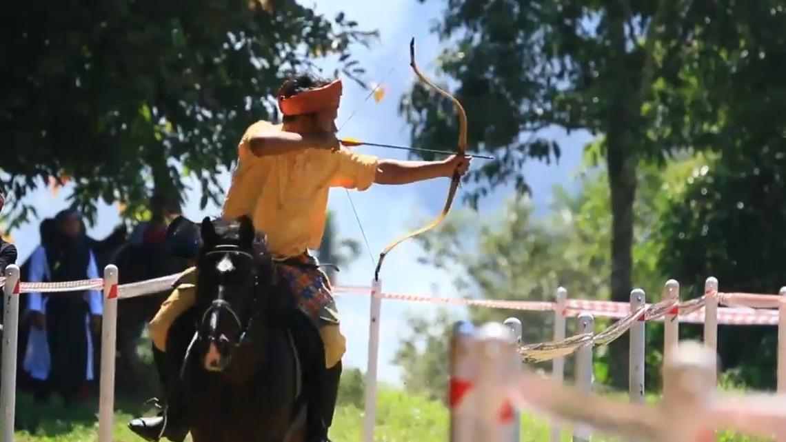在印尼日漸風行的馬背箭術