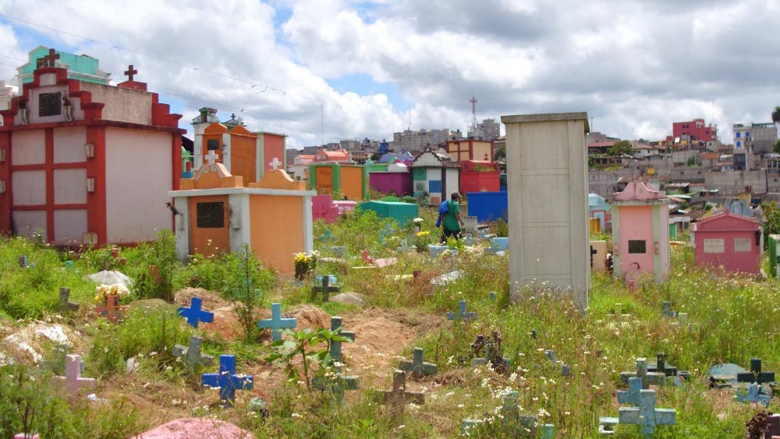 奇奇卡斯特南戈鎮的彩色墓園