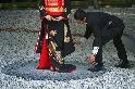 調整衣服的日本新娘