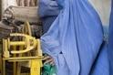參觀羊毛工廠的阿富汗婦女