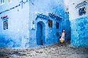 在藍色城鎮裡奔跑的女孩