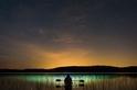 星夜下的長草與燈光