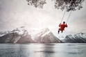 在挪威峽灣上飛盪