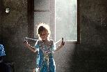 玩跳繩的尼泊爾女孩