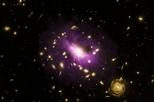 巨大黑洞在周圍的星系團中炸出大洞