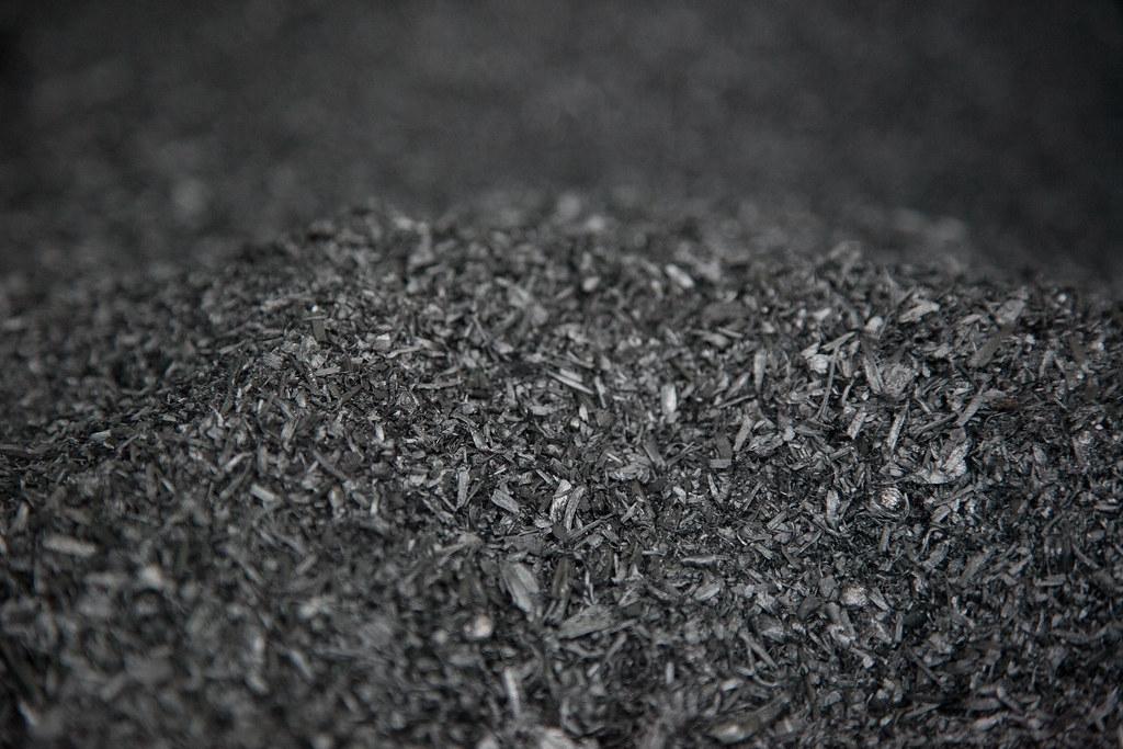 生物炭是將有機物在高溫下以很少或無氧的方式加熱產生的木炭。照片來源:Oregon Department of Forestry(CC BY 2.0)