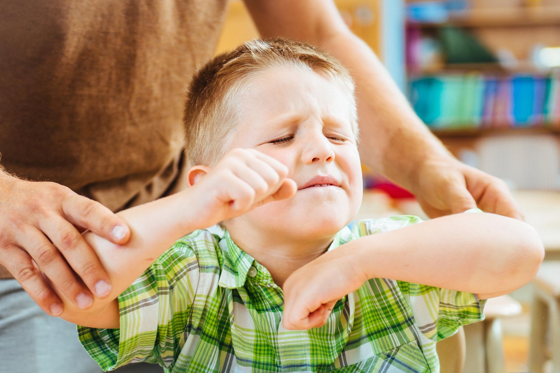 一般小孩可能很活潑、動來動去,但如果願意,還是可以安靜下來專注在同一件事上。過動症則是一種精神性疾病,病患的注意力不集中、活動力很強,而且無法自我控制。目前常用治療方法是服藥,搭配行為療法、心理諮商或感覺統合訓練。<br>  圖片來源│iStock