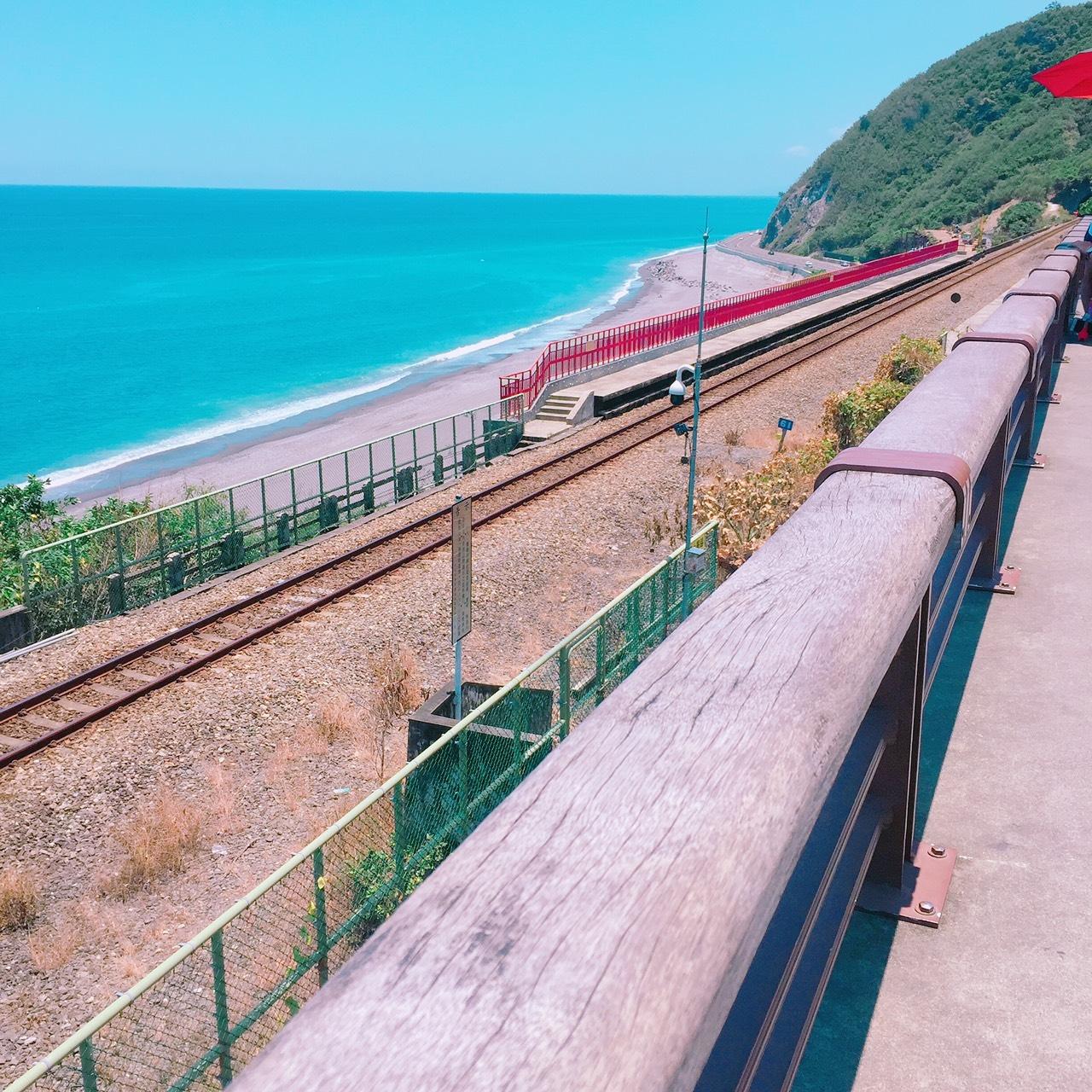 位於太麻里鄉台9線南迴公路417.5公里處右轉的多良車站,以月台上紅欄橋的色彩標誌,與清藍的太平洋海景,渲染出浪漫的全臺最美麗車站。