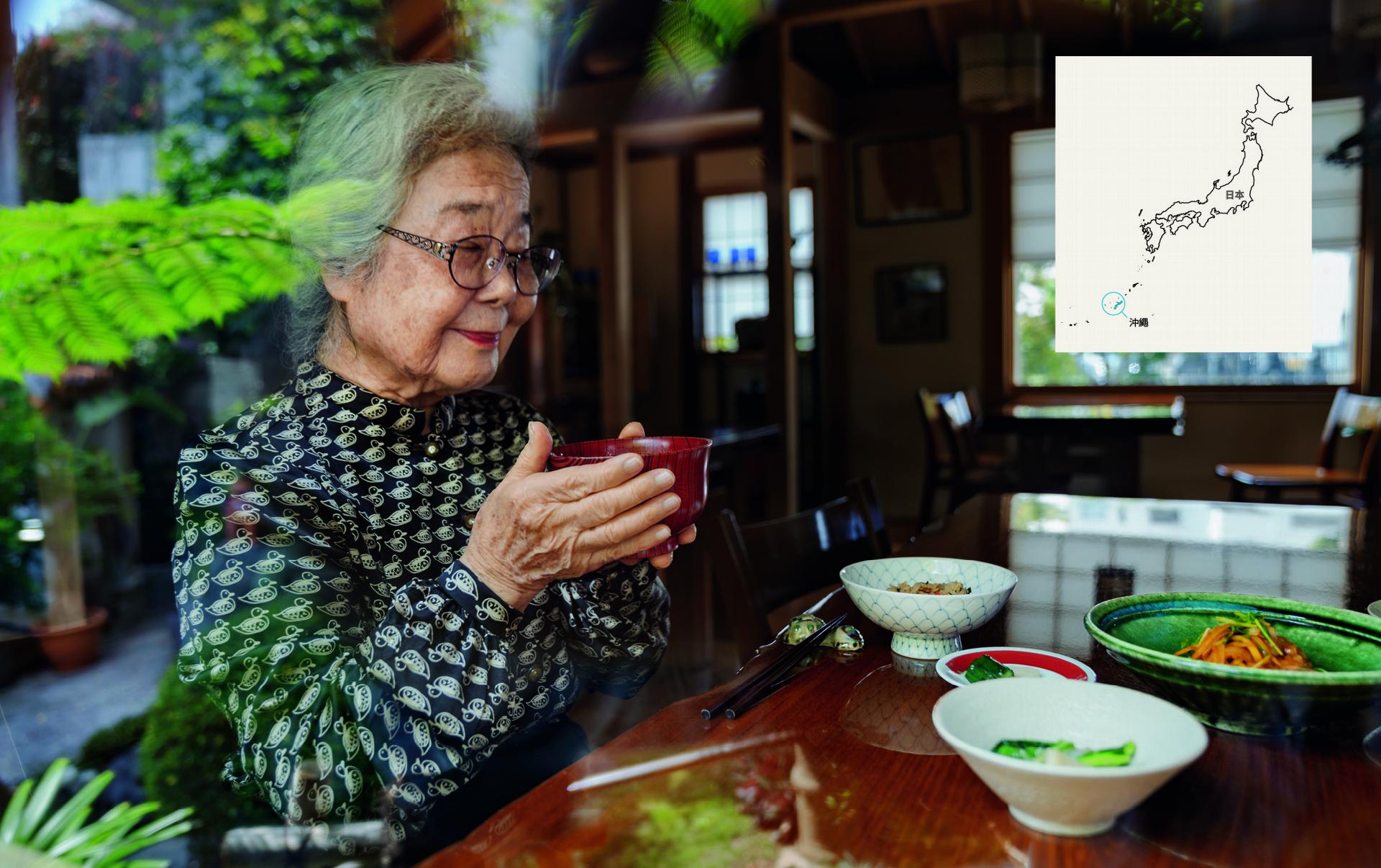 沖繩|91歲的島袋芳子是沖繩第一飯店的創辦人,早餐喝的是味增湯。她和女兒渡邊克江擅於創作精緻的植物性餐食,使用約50種當地食材。 DAVID MCLAIN