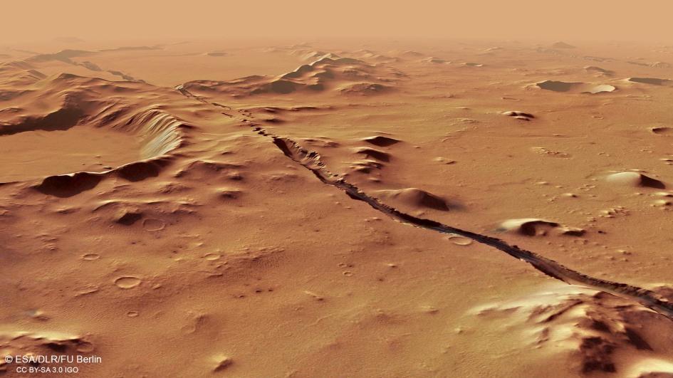 科柏洛斯槽溝(Cerberus Fossae)的斷裂穿過了早已存在的山丘和隕石坑,顯示這個系統相對較為年輕。科學家認為它大約在1000萬年前形成。科學家利用火星快車號軌道衛星上立體相機的數據,形成了這個角度的照片。IMAGE BY ESA, DLR, FU BERLIN