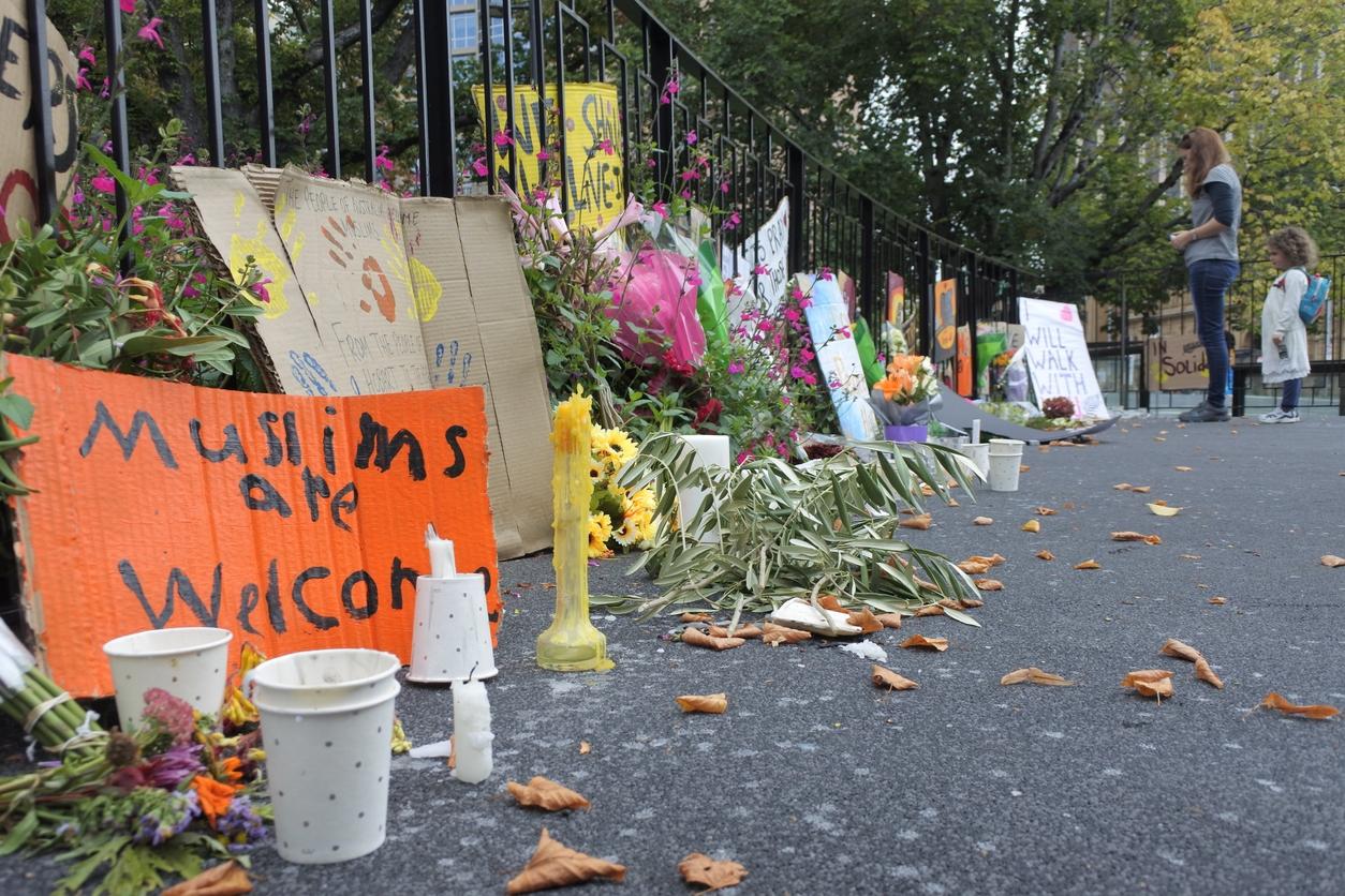 2019 年 3 月,紐西蘭基督城清真寺發生慘絕人寰的槍擊案,槍手闖入掃射,並在社群平台上直播屠殺過程,造成 51 人死亡。嫌犯曾在社群論壇發表種族仇恨宣言,讓極端言論與平臺責任再掀討論。 圖片來源│iStock