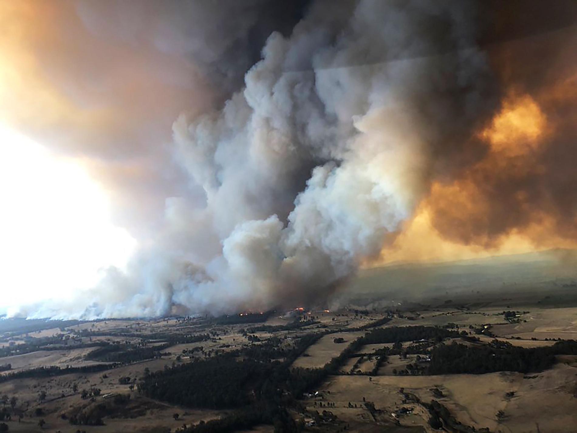 2019年12月30日,煙霧捲流下野火在澳洲拜恩斯戴爾(Bairnsdale)肆虐,數千名旅客在情況惡化之前從澳洲慘遭野火蹂躪的東部海岸逃離。PHOTOGRAPH BY GLEN MOREY, AP