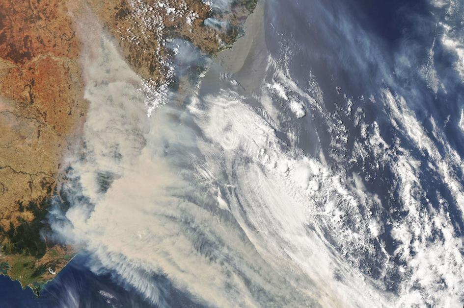 這張由美國太空總署(NASA)所拍攝的衛星照片顯示出澳洲大火煙霧與雲團流動的痕跡。 PHOTOGRAPH BY JOSHUA STEVENS, NASA EARTH OBSERVATORY/LANDSAT