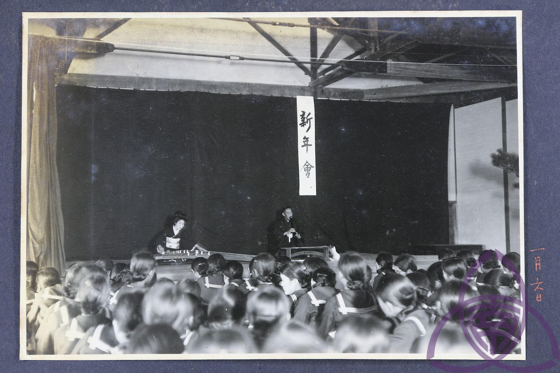 昭和 10 年(1936 年)二高女(今臺南女中)的新年會,學校是日本政府規訓同化的重點場域,透過各種活動、儀式讓學生接受「新曆年」。 圖片來源│臺南女中百年老照片
