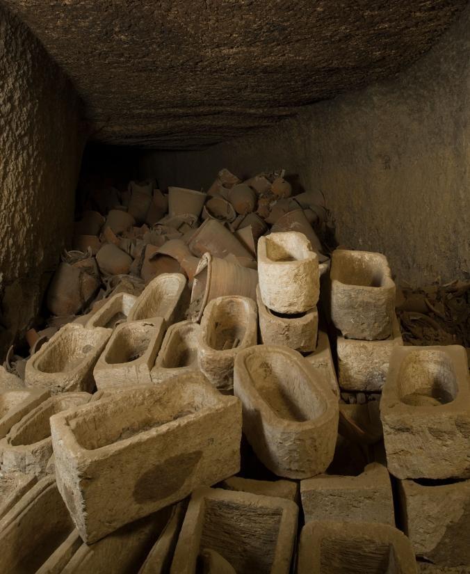 圖納艾戈貝爾(Tuna el-Gebel)遺址一處儲藏間散落著裝聖䴉木乃伊的石棺,該遺址存放著超過400萬具鳥木乃伊。PHOTOGRAPH