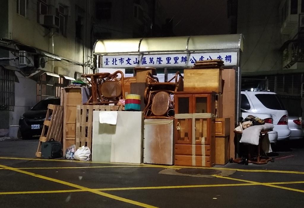 每到歲末年終,路邊常見家具丟掉的景象。鄒敏惠攝。