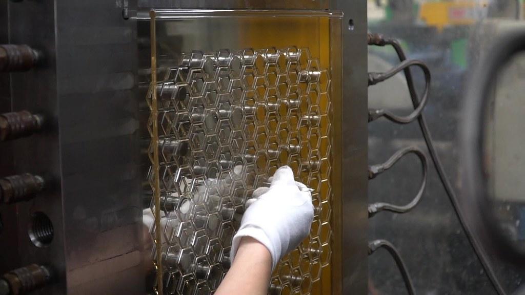 芒菓丹用再生塑膠射出成100%循環櫃部件。芒菓丹提供