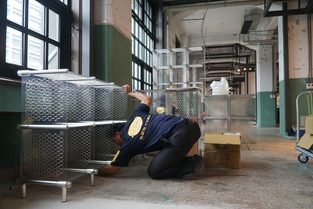 芒菓丹的工作人員正在組裝展示櫃。圖片來源:芒菓丹提供