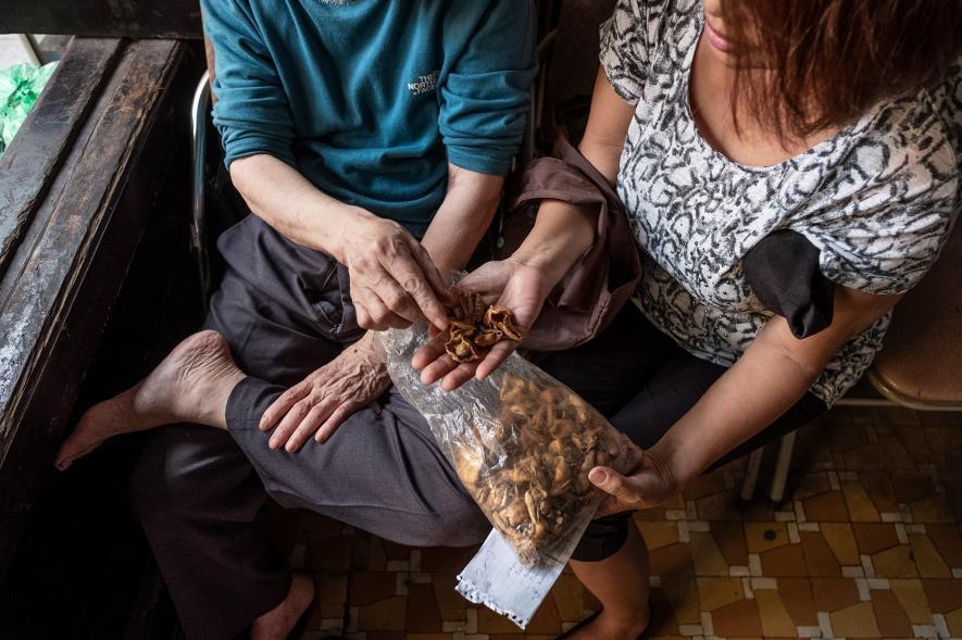 一名越南婦女向傳統醫學執業者諮詢穿山甲鱗片的用法。PHOTOGRAPH BY BRENT STIRTON, NAT GEO IMAGE COLLECTION