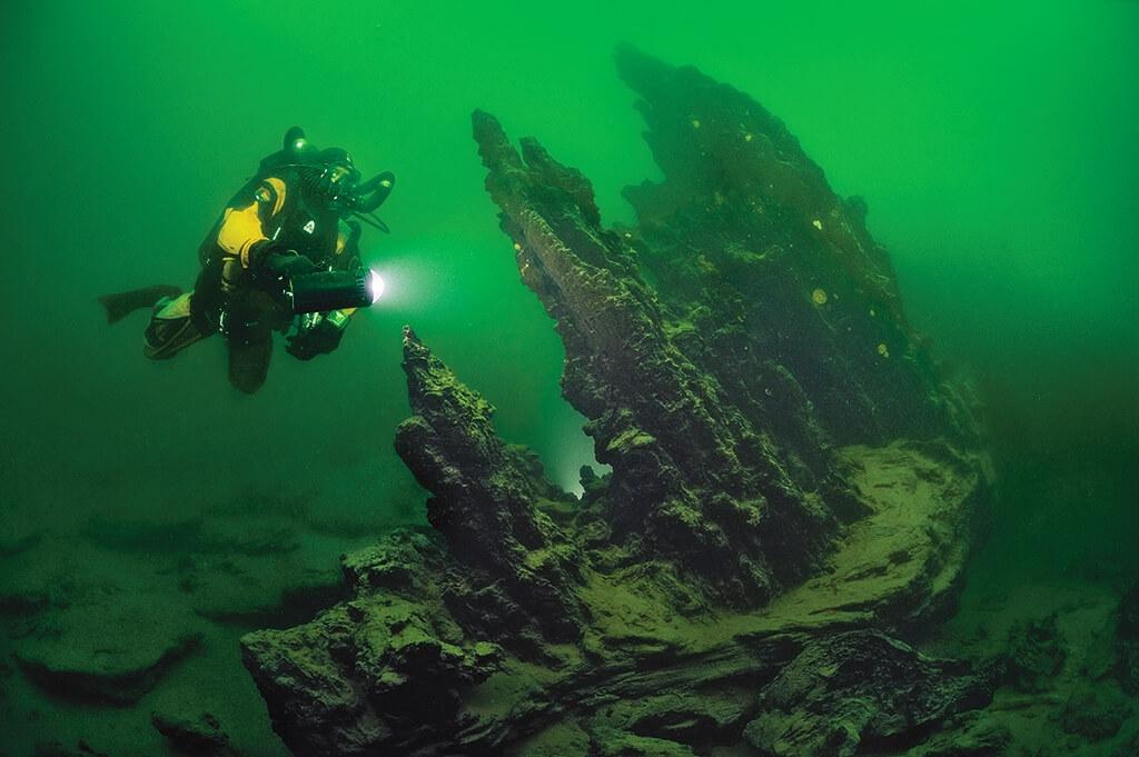 數字會說話:2357公尺(湖泊的海拔);0°C(冬天的水溫);11000年(石柱的年齡)。很少有遊客能看見國家公園地表下的世界:高聳、數千年之久的地質構造。攝影: 布萊恩. 史蓋瑞