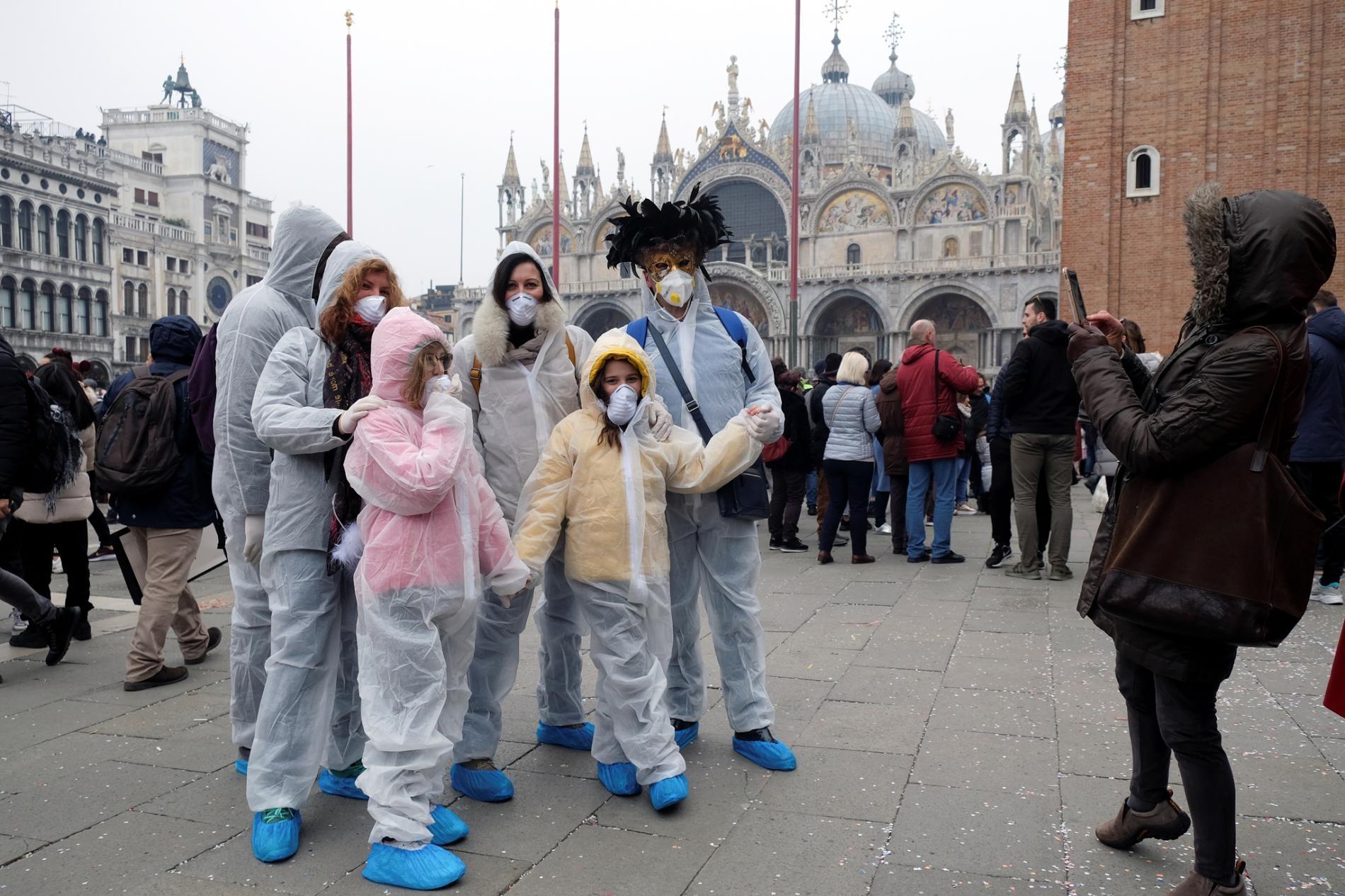 2020年2月23日,參加威尼斯嘉年華的遊客戴上了具防護功能的口罩。這場節慶的最後兩天、還有周日晚上的慶祝活動都因為義大利威尼斯爆發的冠狀病毒疫情而取消。PHOTOGRAPH BY MANUEL SILVESTRI, REUTERS