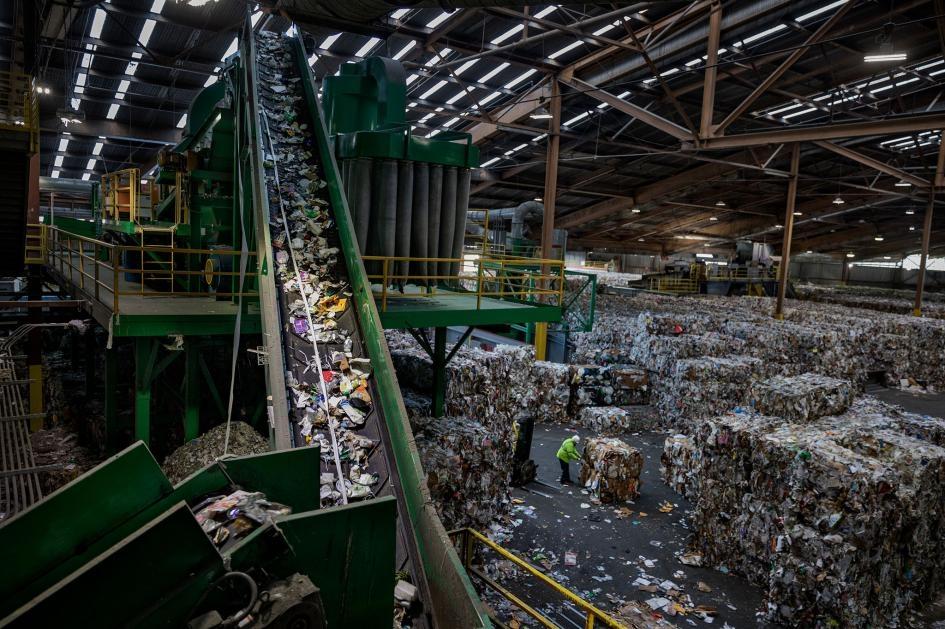 加州舊金山的一座回收場裡,輸送帶將混合的塑膠物品送到分類機。PHOTOGRAPH BY RANDY OLSON, NAT GEO IMAGE COLLECTION