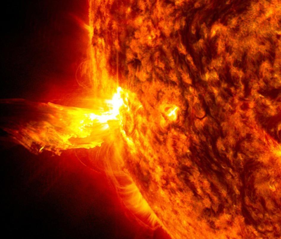 太陽風暴有時會包含太陽閃焰,在這張影像中,高能粒子從太陽噴射出來。IMAGE BY NASA, SDO