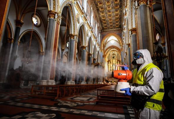 工作人員於3月6日為那不勒斯的聖多梅尼科馬焦雷教堂進行消毒。PHOTOGRAPH BY SALVATORE LAPORTA, KONTROLAB/LIGHTROCKET/GETTY IMAGES