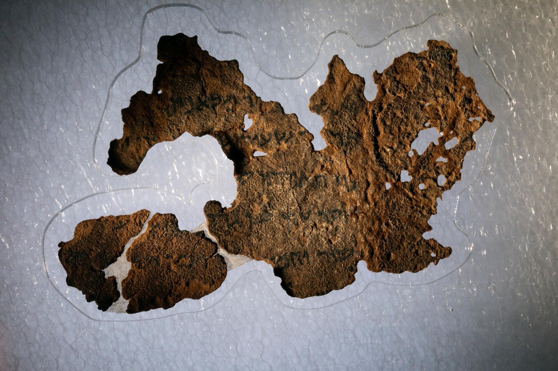 聖經博物館(The Museum of the Bible)收藏了16件據說全為死海古卷的碎片,包括這件《創世紀》碎片。一項由聖經博物館贊助的新科學調查,確認了這16片碎片都是現代的偽作。PHOTOGRAPH BY REBECCA HALE, NGM STAFF