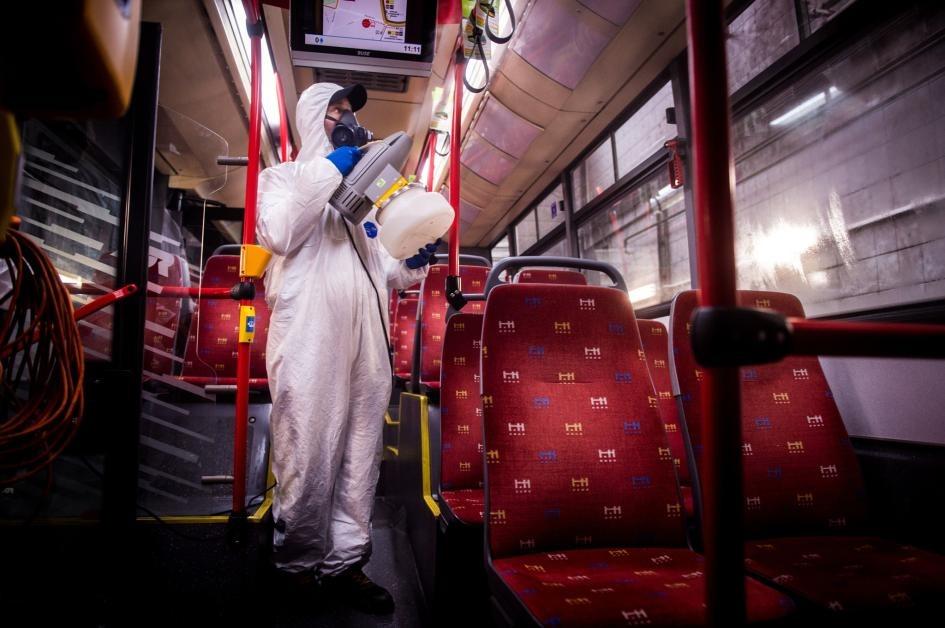 2020年3月11日,在斯洛伐克的布拉提斯拉瓦市(Bratislava),一名身穿防護衣的工人正在交通運輸公司(Transport Company)的公車清洗站為公車內部消毒,這是防範新型冠狀病毒在市內散播的措施之一。PHOTOGRAPH BY VLADIMIR SIMICEK, AFP VIA GETTY IMAGES