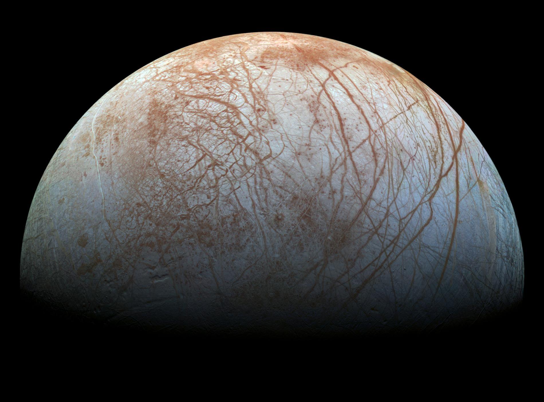 木星的第四大衛星──木衛二歐羅巴(Europa)在其冰冷外殼下方約65至160公里深處,擁有遍布全球的海洋。NASA/JPL-CALTECH/SETI INSTITUTE