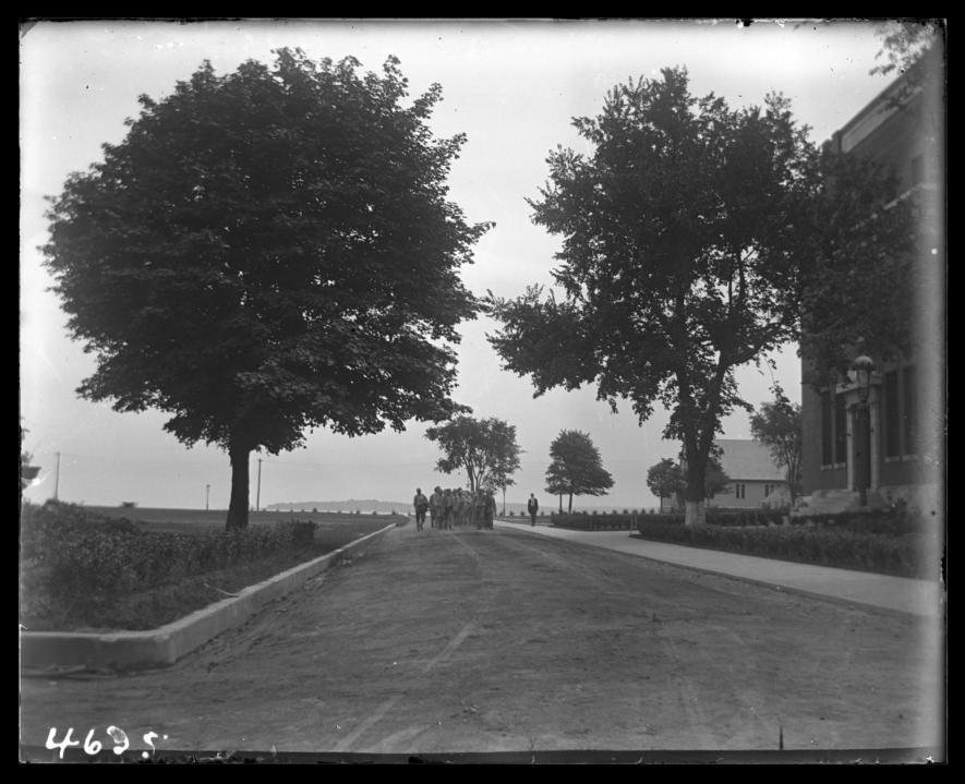 1913年,一名感化院輔導員與一群少年同行。PHOTOGRAPH COURTESY NEW YORK HISTORICAL SOCIETY