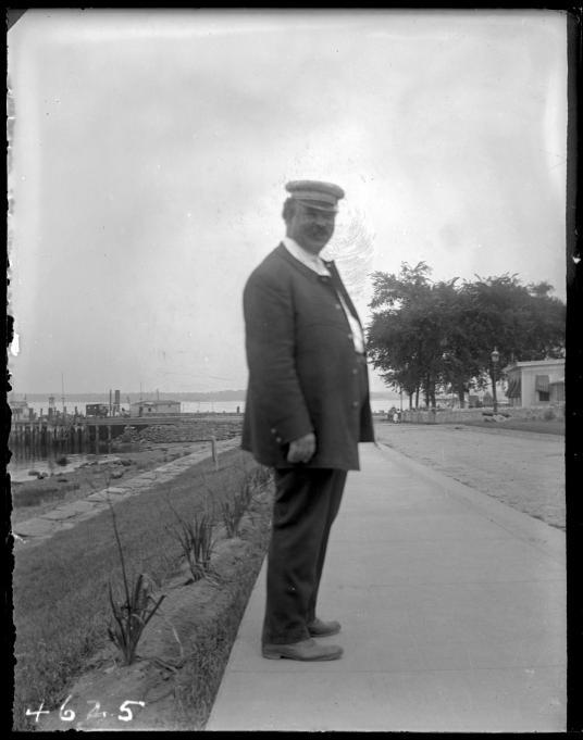 1913年,一名感化院管訓員。管訓員們因其殘酷而惡名昭彰:1915年一次調查發現這些守衛會對少年施予非人道的處罰,例如禁閉和睡眠剝奪,以及強迫少年互毆,以上為Narratively網站的報導。PHOTOGRAPH COURTESY NEW