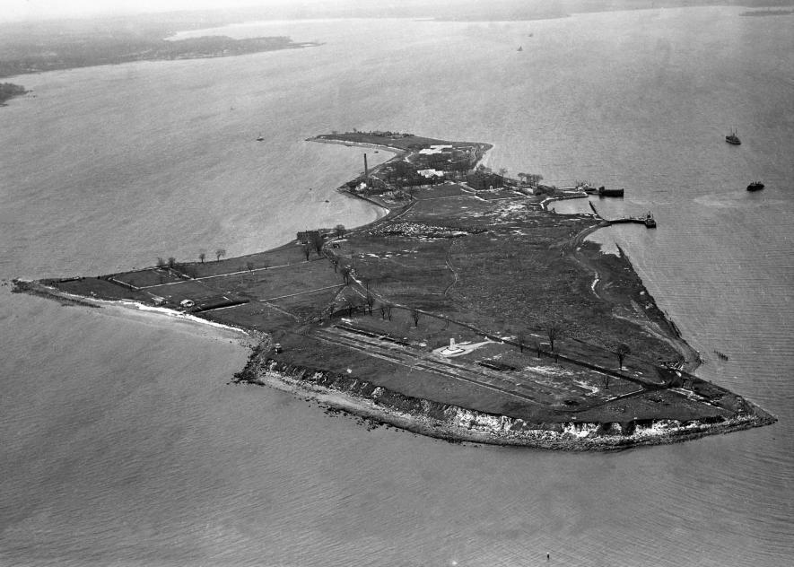 這張1950的空拍圖照出一座9公尺高的白塔,這是受刑人建造的紀念碑,用以標示出墓地。紀念碑的一側飾有十字架;另一側寫著「安息」。PHOTOGRAPH FROM NY DAILY NEWS ARCHIVE/GETTY
