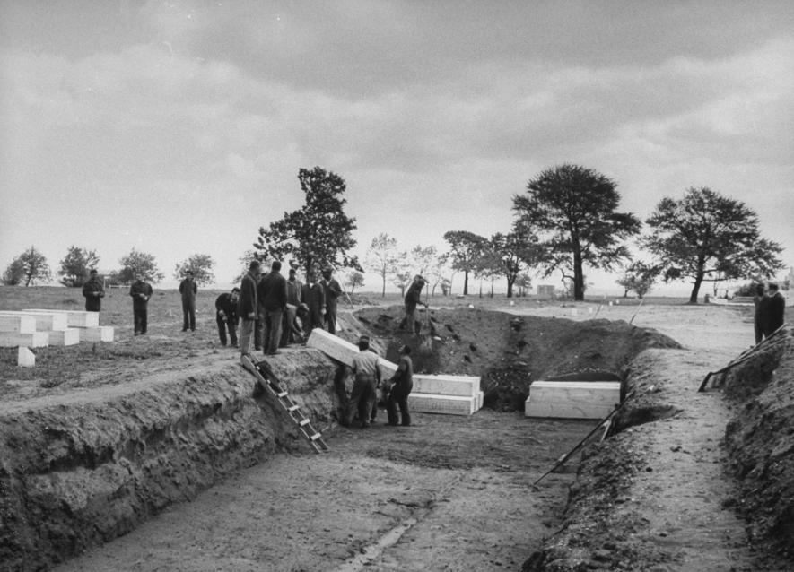 1963年,受刑人埋葬因飲用木醇(又稱甲醇)而中毒的死者。PHOTOGRAPH BY ARTHUR SCHATZ, THE LIFE IMAGES COLLECTION/GETTY