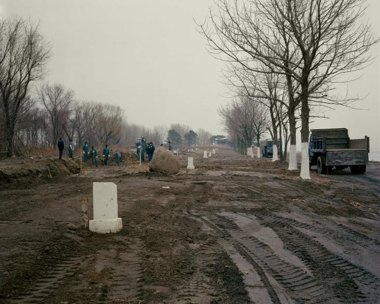 1991年12月進行的一次下葬。這座城市公墓(又稱「無名氏之墓」)於1869年為了無法負擔私人葬禮的人而成立。PHOTOGRAPH BY JOEL STERNFELD