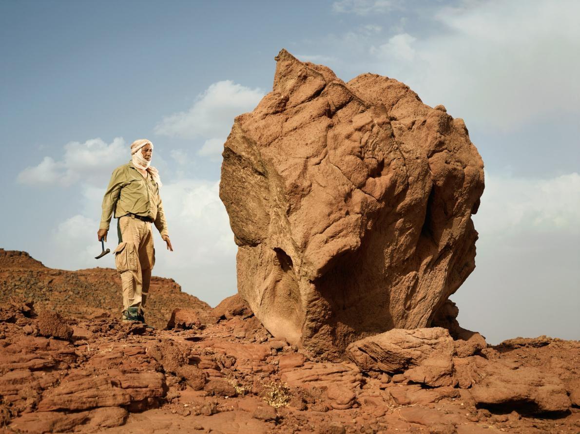 薩米爾.祖赫里是卡薩布蘭卡哈桑二世大學的古生物學家,他在摩洛哥西迪阿里(Sidi Ali)附近探詢更多棘龍時代的化石。PHOTOGRAPH BY PAOLO VERZONE, NATIONAL GEOGRAPHIC