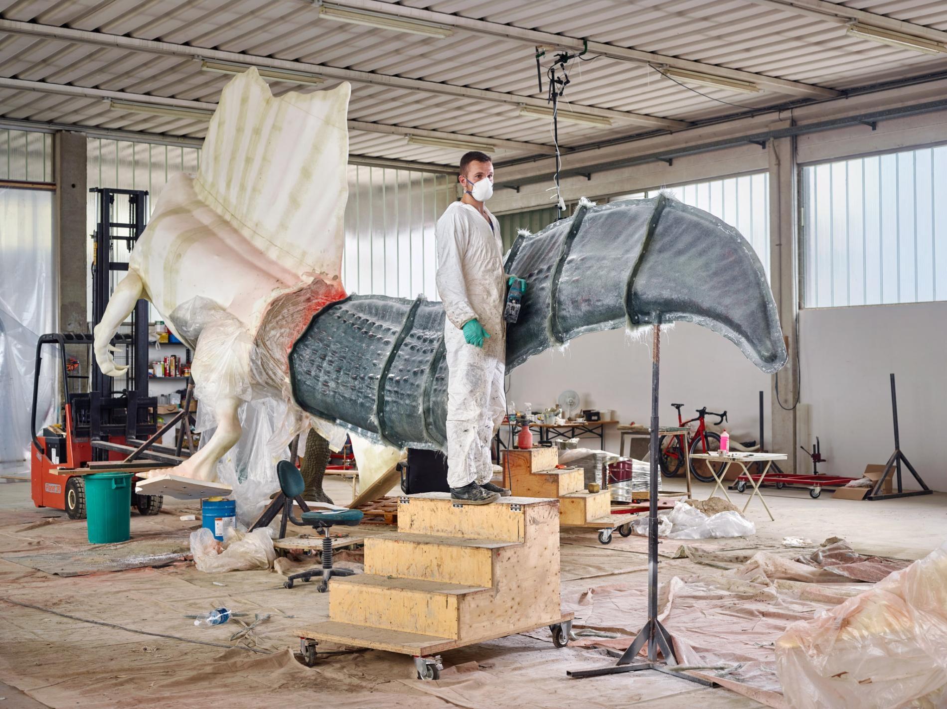 新化石帶來新模型:DI.MA. Dino Makers是一間位在義大利福薩爾塔迪皮亞韋的博物館塑像公司,其員工古宗.伊昂(Guzun Ion)正在為真實尺寸的棘龍雕像鑄造更新版的尾巴。PHOTOGRAPH BY PAOLO VERZONE, NATIONAL GEOGRAPHIC