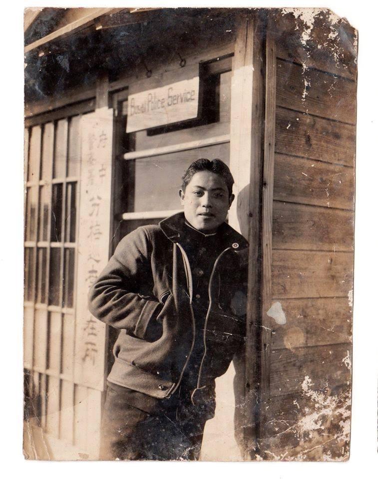 追蹤父親的那一天,我們10點便出門,先搭山手線到新宿,再轉京王線到分倍河原,日文「分倍」發音與「分梅」是一樣的。 那是1940年代,父親在「府中警察署分梅駐在所」拍了一張照片,為何到這裡?何時到這裡?來不及問時,父親已作古往生矣。事後推測,他當時半工半讀學校在府中,或許跟友人到分梅遊玩,拍下這幀照片。當時他至多不過17、8歲,看起來卻非常成熟,從微胖臉型判斷,當是1945年初東京大轟炸父姊慘遭美軍濫炸身亡之前所拍。 總之,半個多世紀之後,兒孫來看看父祖所曾親歷過的土地、景物,令人難以置信的是,駐在所改建了,卻可能還在原址。一行人分批拍照,彷彿穿越時空,又跟父親、祖父相逢了。沒有感傷,只有感慨,台灣人「場所的悲哀」,也是奇特的因緣羈絆。影像提供:傅月庵