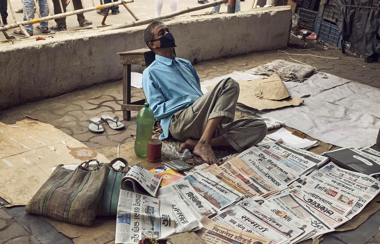 COVID-19 衝擊下,印度下令封城,許多鄉村勞工只能徒步數十公里返鄉,甚至有童工命喪途中。新加坡也傳出移工集體感染,再次暴露開發中國家、經濟弱勢群體,在疫病中往往首當其衝。 圖片來源│iStock