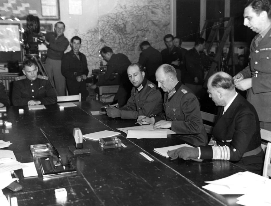 德意志國防軍最高統帥、作戰部長阿爾弗雷德.約德爾簽署無條件的「軍事投降書」(Act of Military Surrender),並於1945年5月7日停火。 PHOTOGRAPH BY UNIVERSAL HISTORY ARCHIVE, UNIVERSAL IMAGES GROUP/GETTY