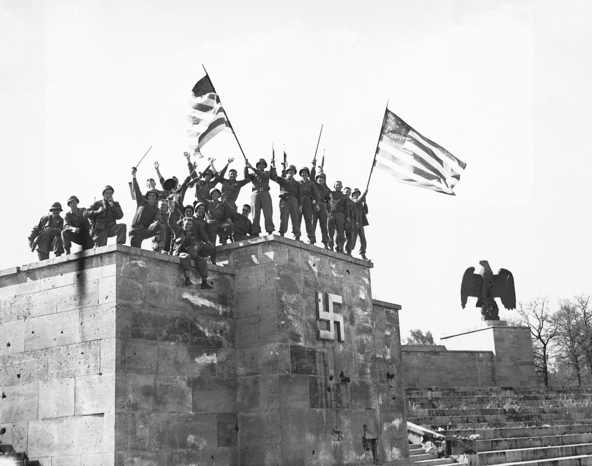美國軍隊歡慶德國在1945年5月8號第一次有效力的無條件投降。為了避免發生投降不合法的狀況,蘇聯領導人史達林將在隔天籌辦第二次投降。PHOTOGRAPH BY HULTON-DEUTSCH COLLECTION, CORBIS/GETTY