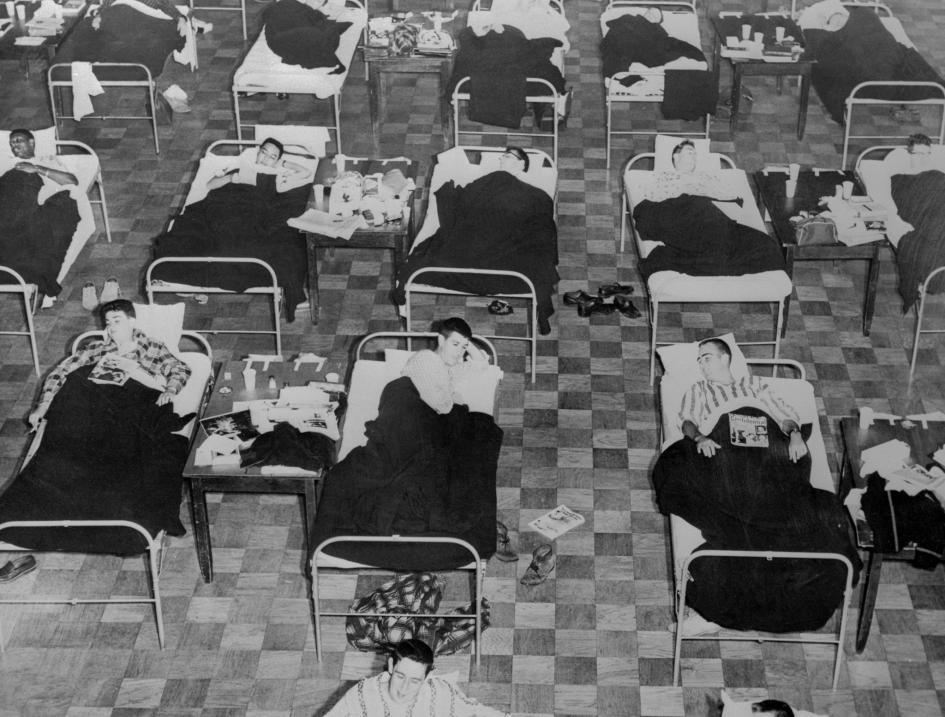 感染了1957年「亞洲流感」(Asian FLu)的學生,躺在麻州大學學生活動中心設置的臨時病床上。全美國有超過10萬人死於這種病毒。PHOTOGRAPH BY BETTTMANN, GETTY
