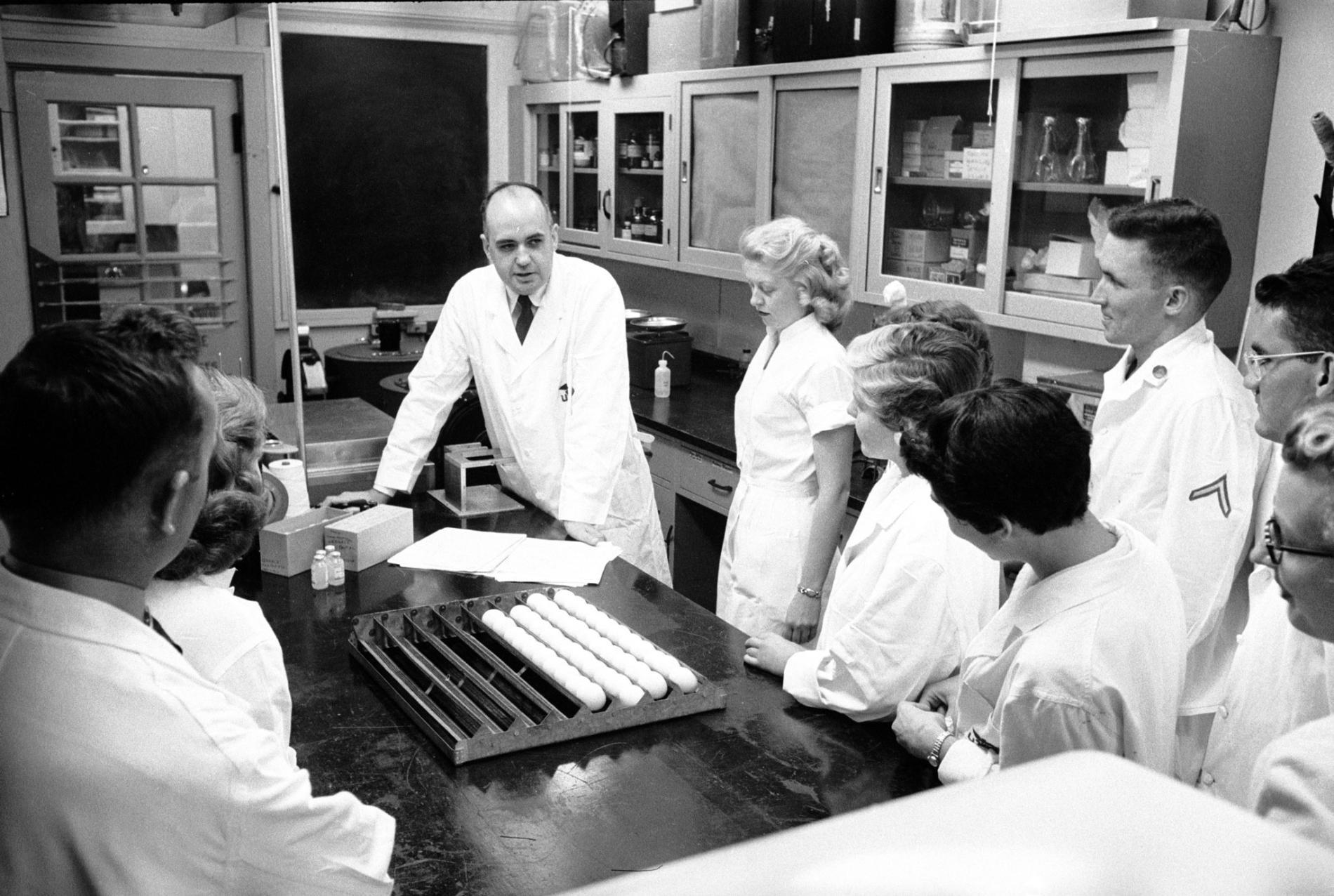 1957年,在華特.里德陸軍醫學研究院的病毒學家莫里斯.希爾曼及研究團隊。那一年,希爾曼和他的團隊將辨識並開發出4000萬劑的疫苗,對抗來自香港的流感病毒。PHOTOGRAPH BY ED CLARK, THE LIFE PICTURE COLLECTION/GETTY