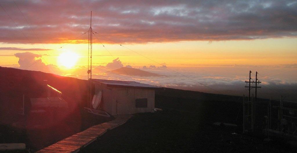 夏威夷莫納羅天文臺。圖片來源:LTCDR Eric Johnson, NOAA Corps.