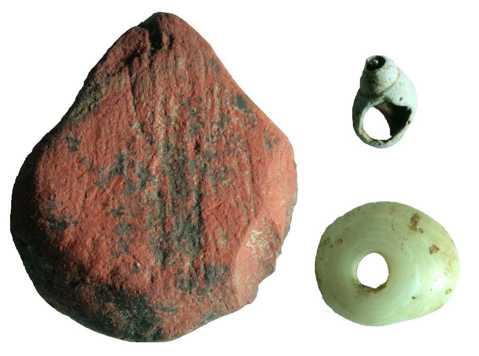 紅赭石與貝殼珠子一同從斯里蘭卡雨林中的法顯洞早期遺址出土。這座遺址出土的最古老工具(例如骨製箭頭)有4萬8000年之久。IMAGE BY M. C. LANGLEY