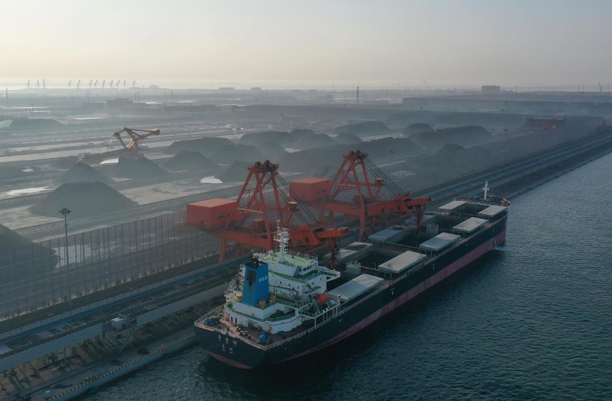 中國北方已經展開一項新的煤業計畫。專家警告,如果繼續興建新的電廠,未來在健康與氣候方面注定將出現許多問題,因為這類基礎建設通常會使用許多年。PHOTOGRAPH BY YANG SHIYAO XINHUA, EYEVINE/REDUX