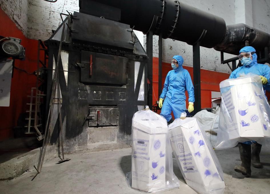 烏克蘭基輔的工人將用過的醫療口罩和手套丟進焚化爐燒掉。PHOTOGRAPH BY VOLODYMYR TARASOV, UKRINFORM/BARCROFT MEDI/GETTY IMAGES