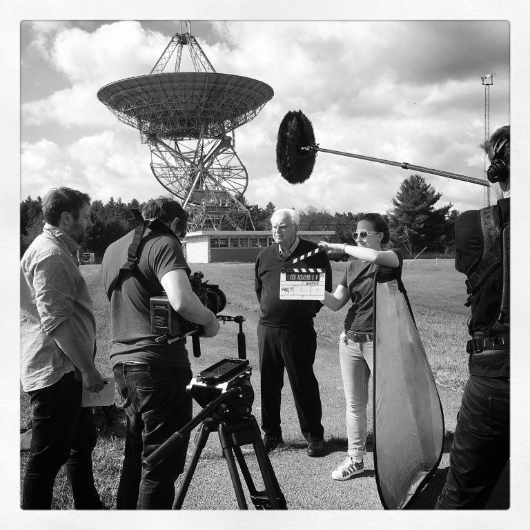 在綠堤天文臺(Green Bank Observatory)奧茲瑪計畫望遠鏡前的法蘭克.德瑞克和英國廣播公司(BBC)影片拍攝小組成員。望遠鏡控制室已恢復成1960年的樣貌,德瑞克就是在那時成為第一位以現代科學方法在恆星間搜索高智文明的科學家。PHOTOGRAPH BY NADIA DRAKE