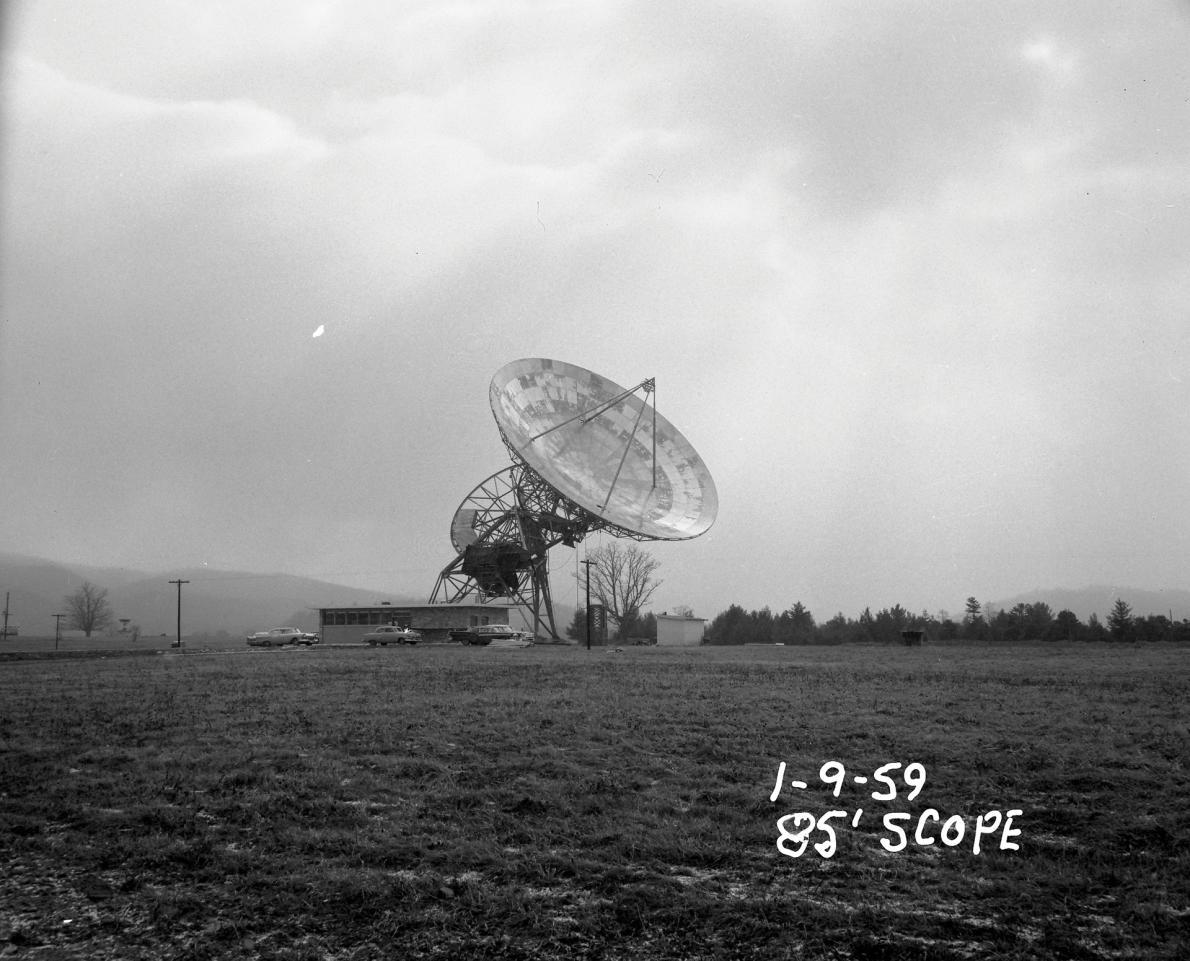 位在西維吉尼亞州綠堤的華德.塔特爾無線電波望遠鏡有26公尺高,在1959年2月13日開始投入觀測。塔特爾在1960年因在法蘭克.德瑞克的指導下進行世界上首次搜尋外星智慧生物觀測而聞名。COURTESY OF NRAO/AUI/NSF